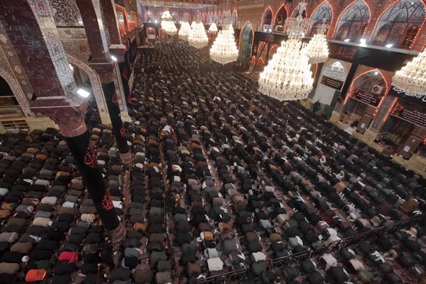تصاويری از اقامه نماز در صحن مطهر امام حسين