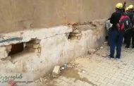 توزیع ارز دینار به زائران از سوراخ های دیوار در نجف + کلیپ